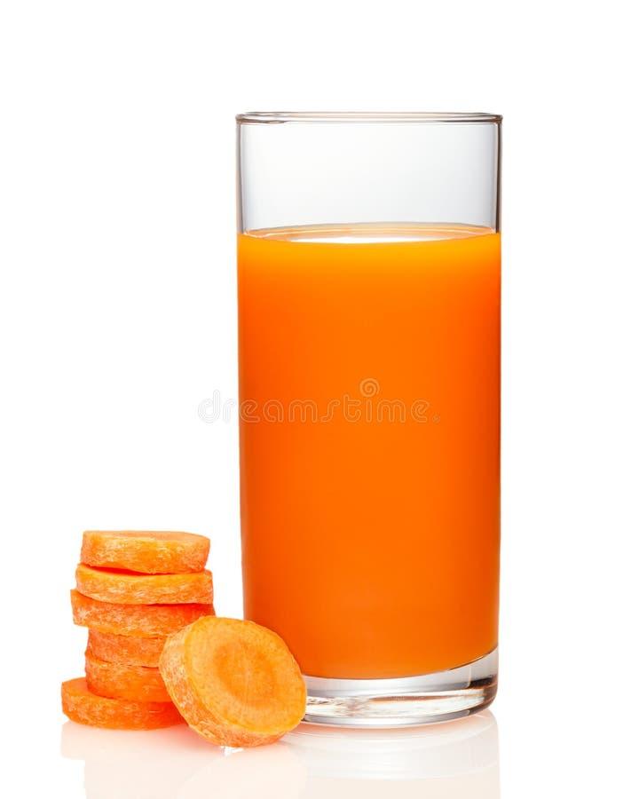 Vetro del succo di carota e delle carote fresche isolati immagine stock libera da diritti