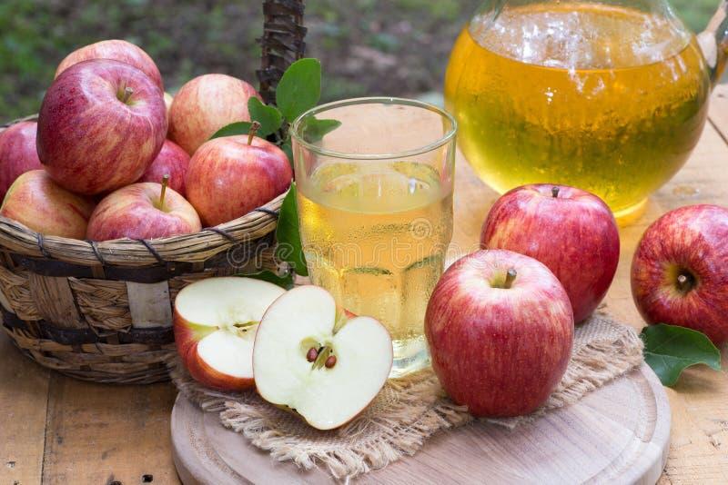 Vetro del succo di mele e delle mele rosse fresche fotografie stock libere da diritti
