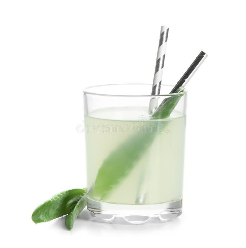 Vetro del succo fresco di vera dell'aloe su fondo bianco fotografia stock