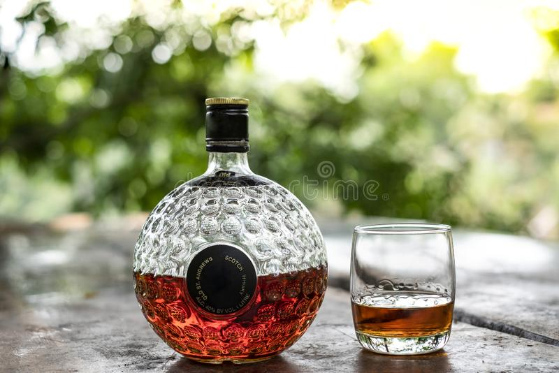 Vetro del super del whiskey scozzese e di vecchio decantatore immagini stock libere da diritti