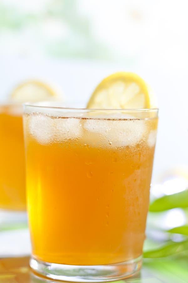 Vetro del tè di ghiaccio con il limone fotografie stock