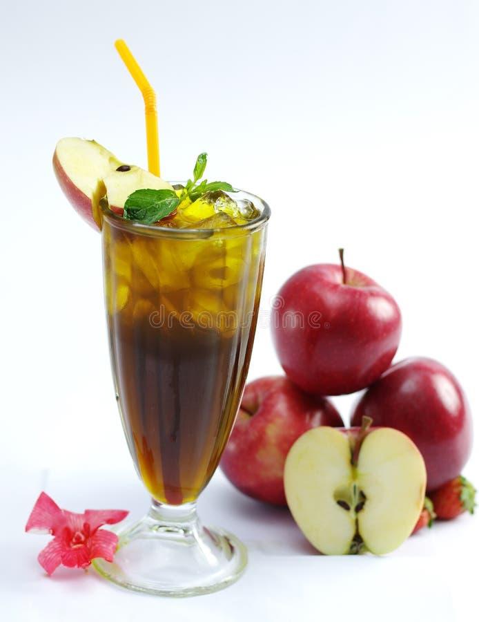 Vetro del tè fresco della mela con la foglia della menta su fondo bianco immagini stock libere da diritti