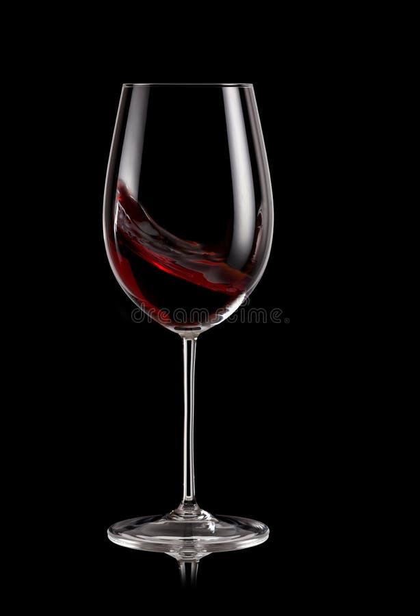 Vetro del turbinio del vino rosso fotografia stock libera da diritti