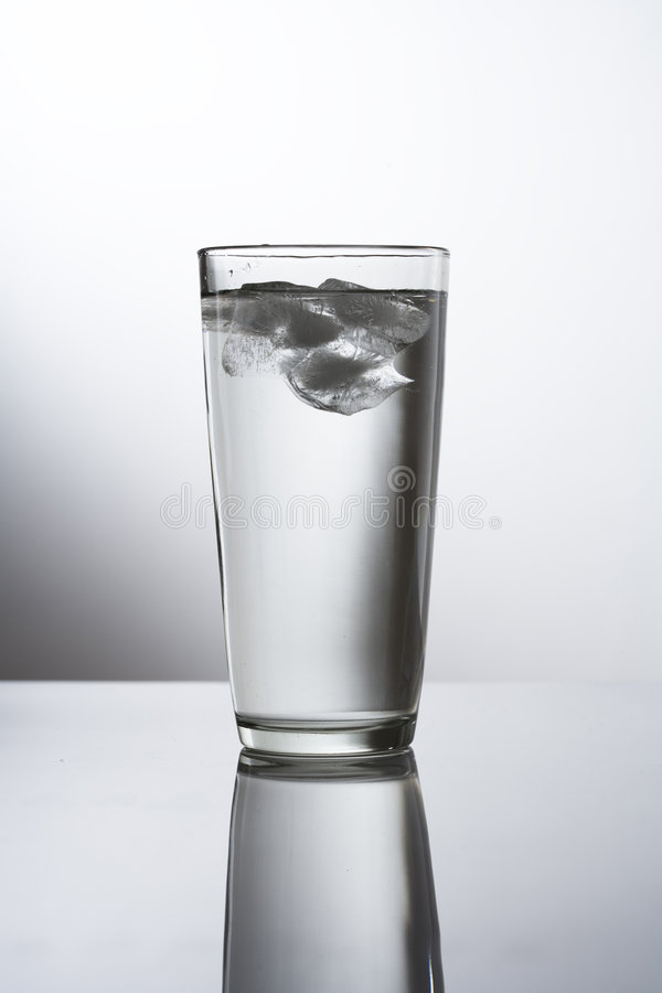 Vetro dell'acqua di ghiaccio immagine stock libera da diritti