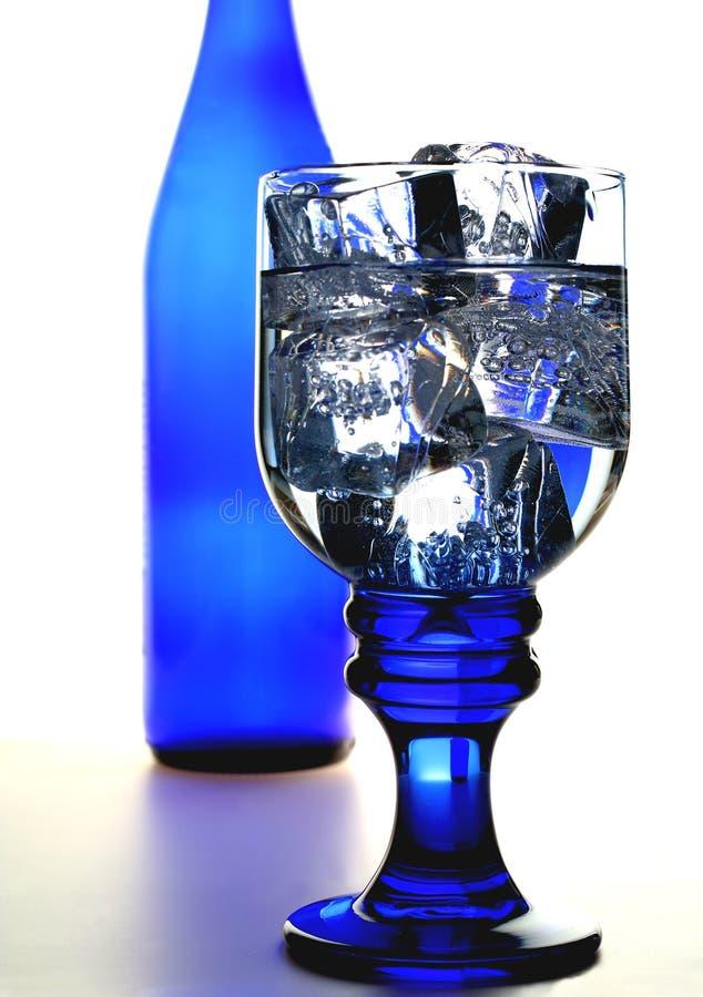Vetro dell'acqua e della bottiglia di ghiaccio immagini stock libere da diritti
