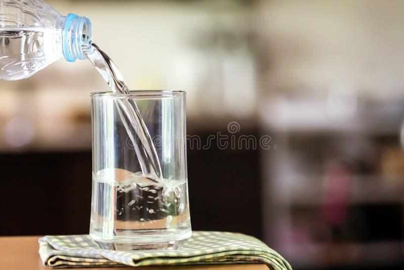 Vetro dell'acqua purificata sulla barra della tavola nel kitchenroom fotografia stock libera da diritti