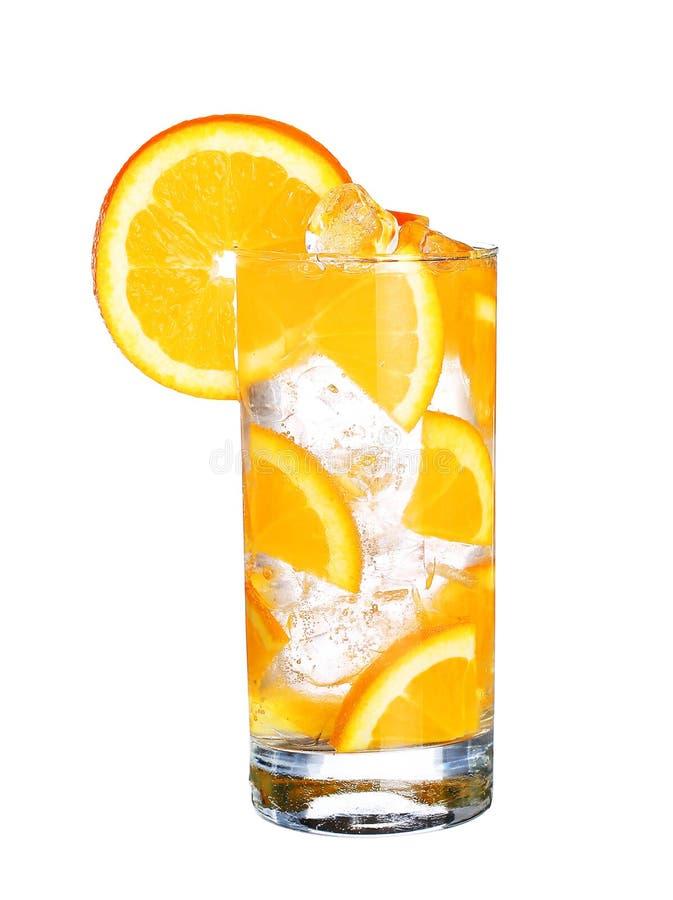 Vetro dell'aranciata fredda con ghiaccio isolato su bianco immagini stock libere da diritti