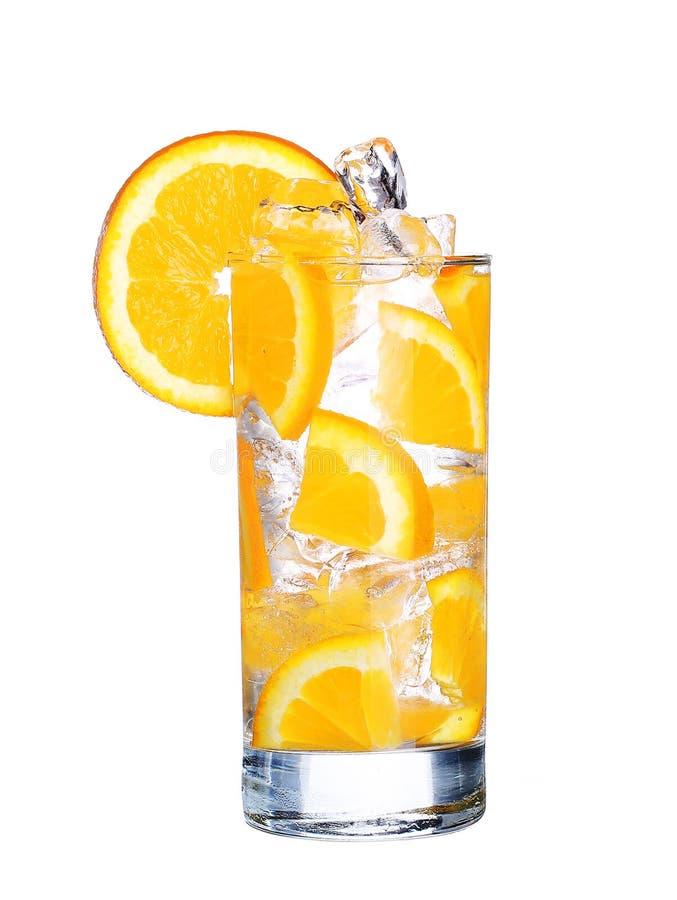 Vetro dell'aranciata fredda con ghiaccio isolato su bianco fotografia stock