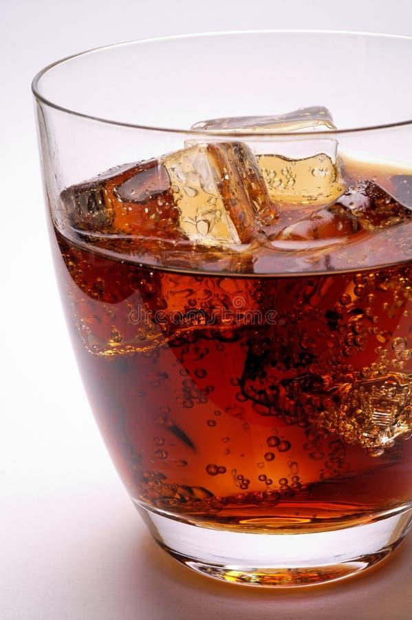 Vetro della bevanda della cola con ghiaccio immagini stock