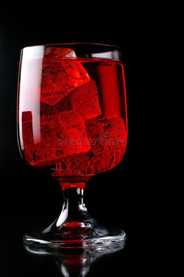 Vetro della bevanda rossa con ghiaccio fotografie stock libere da diritti