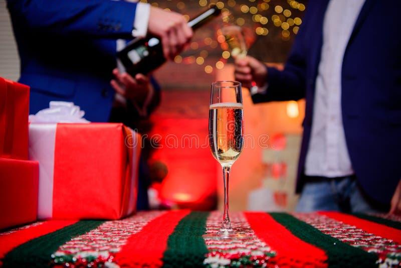 Vetro della fine del champagne in su Attributo tradizionale del nuovo anno Nuovo anno felice e Buon Natale E immagini stock libere da diritti