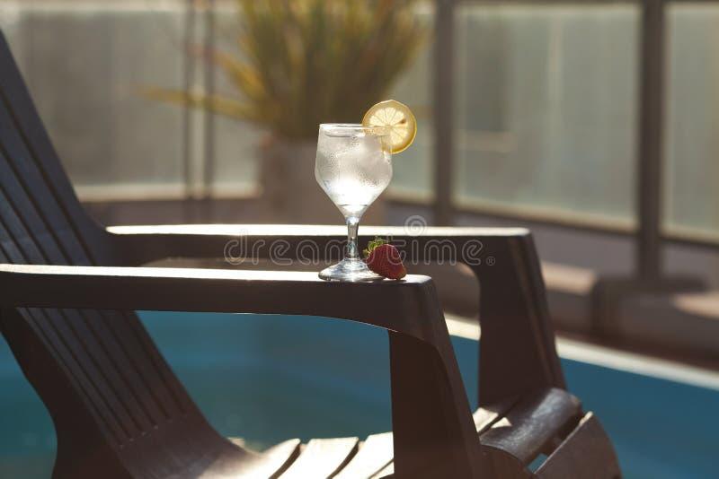 Vetro della piscina, del salotto e di vino con ghiaccio fotografie stock