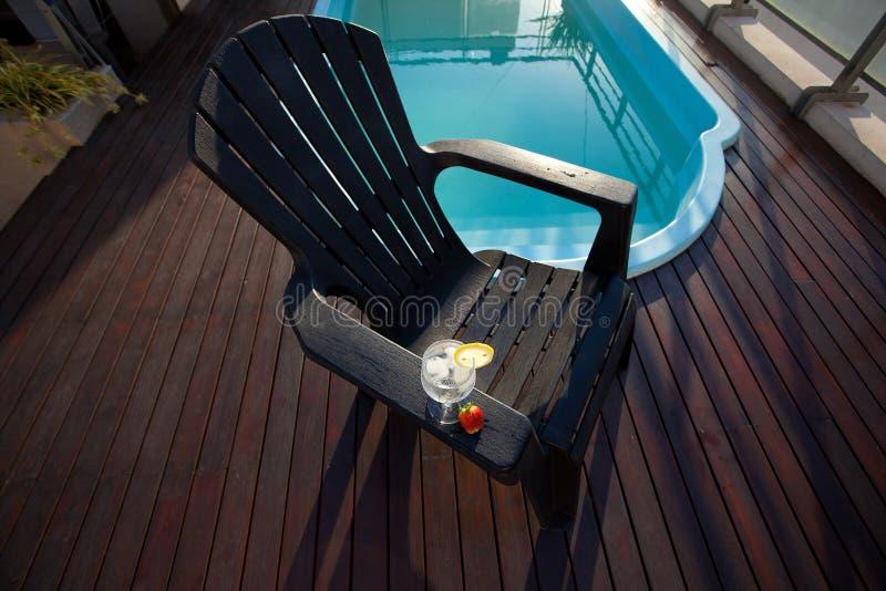 Vetro della piscina, del salotto e di vino con ghiaccio fotografia stock
