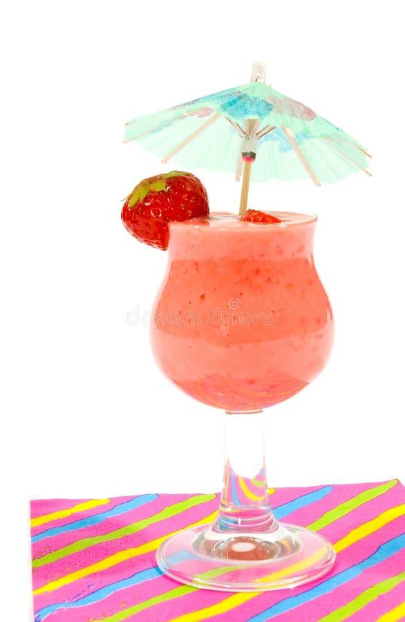 Vetro dello smoothie della fragola con il piccolo parasole fotografia stock libera da diritti
