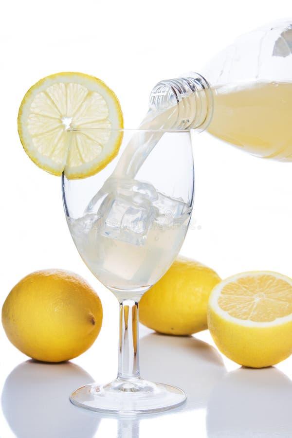 Vetro dentro versato del succo di limone fotografia stock libera da diritti