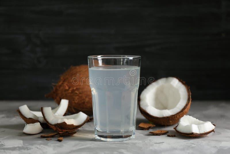 Vetro di acqua di cocco e dei dadi freschi fotografie stock