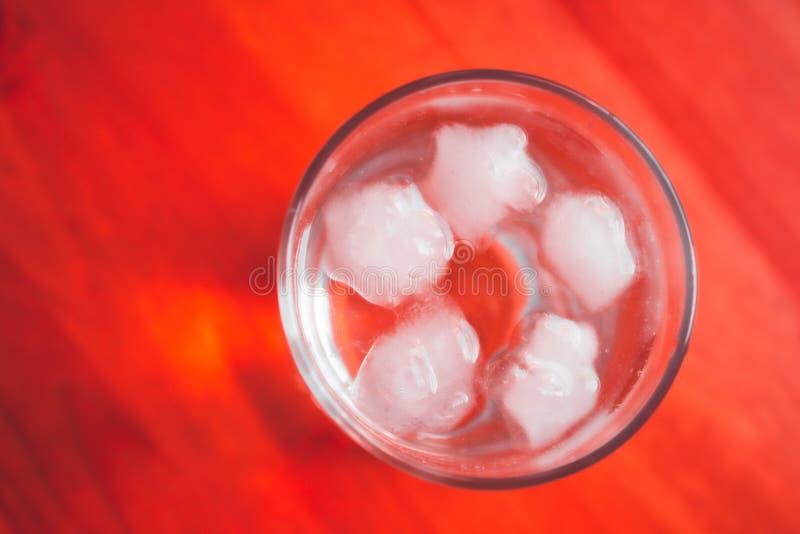 Vetro di acqua con ghiaccio fotografie stock libere da diritti