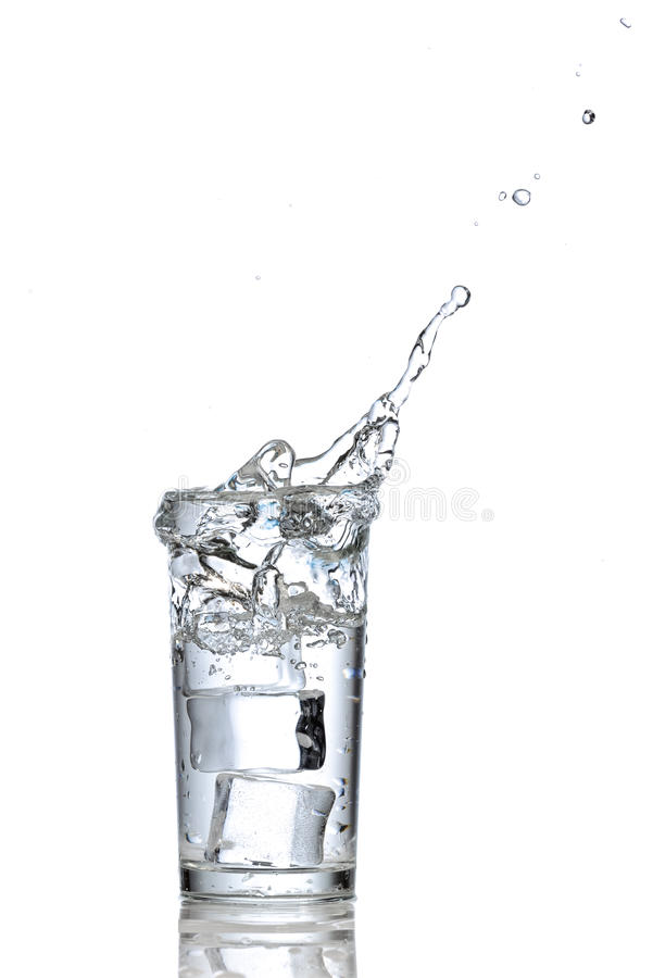 Vetro di acqua con i cubi di ghiaccio fotografia stock