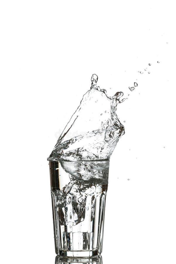 Vetro di acqua con i cubi di ghiaccio immagini stock libere da diritti