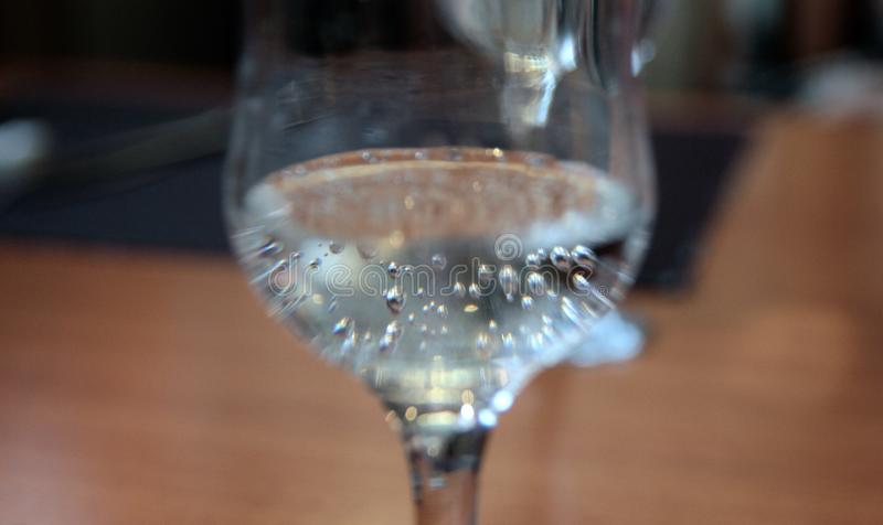Vetro di acqua minerale con effetto dello zoom della sfuocatura immagine stock
