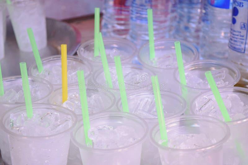 Vetro di acqua pura con ghiaccio immagine stock libera da diritti