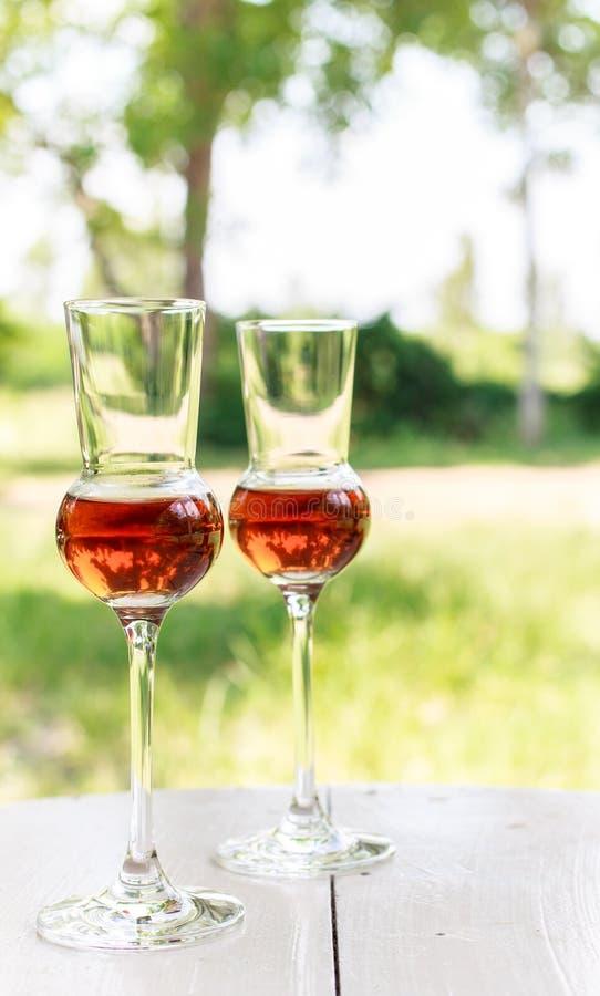 Vetro di acquavite di vinaccia italiana scura immagini stock