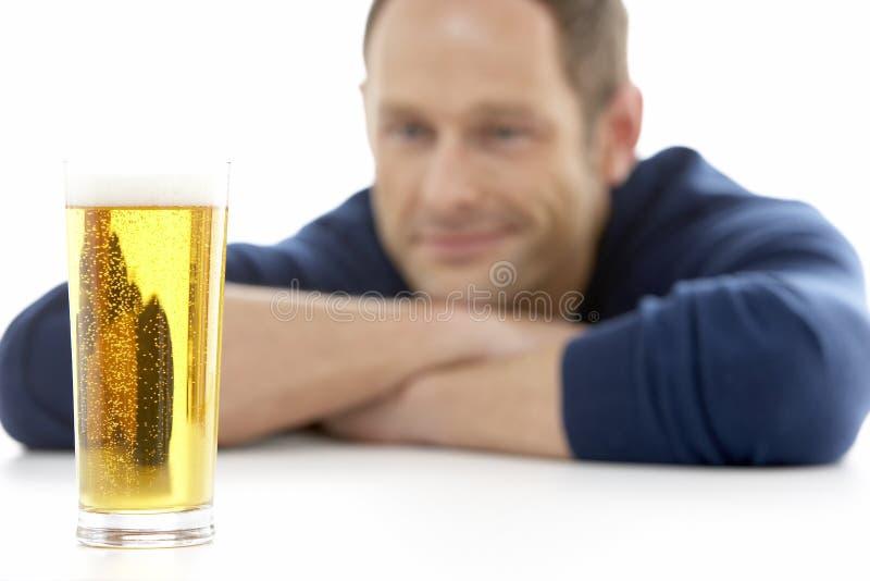 vetro di birra che osserva uomo immagine stock libera da diritti