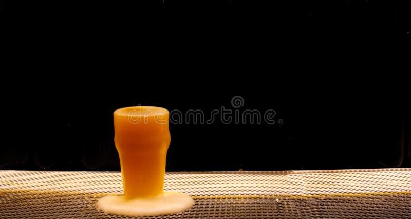 Vetro di birra con fondo nero fotografia stock libera da diritti