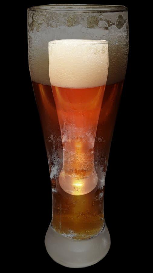 Vetro di birra doppio x2 vedente assetato spumoso di sudore immagini stock