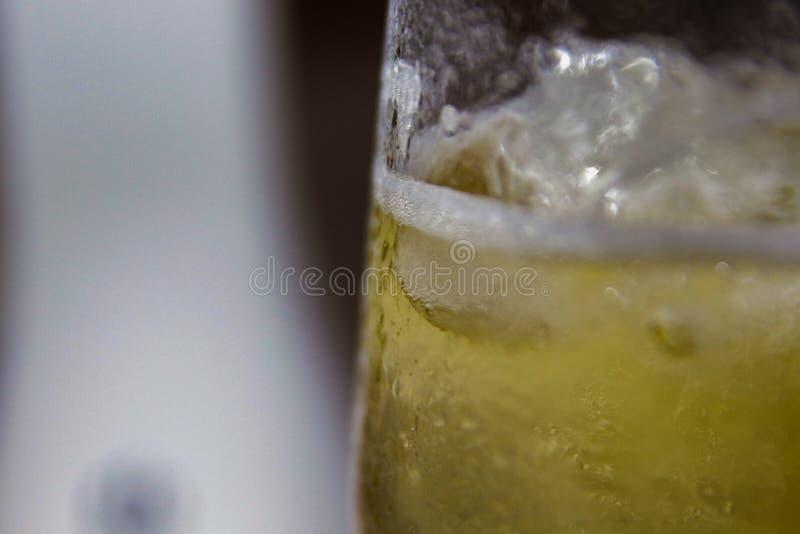 Vetro di birra fredda con acqua condensata fotografia stock libera da diritti
