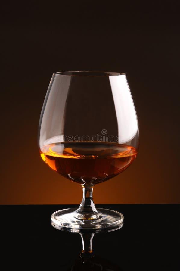Vetro di brandy sul nero fotografia stock libera da diritti
