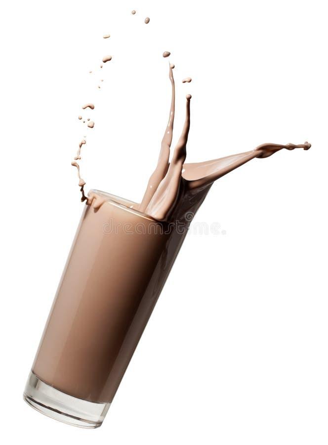 Vetro di caduta del latte al cioccolato immagine stock