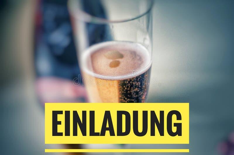 Vetro di Champagne con champagne e l'iscrizione nobili nel giallo su tedesco Einladung, nell'invito inglese immagini stock libere da diritti