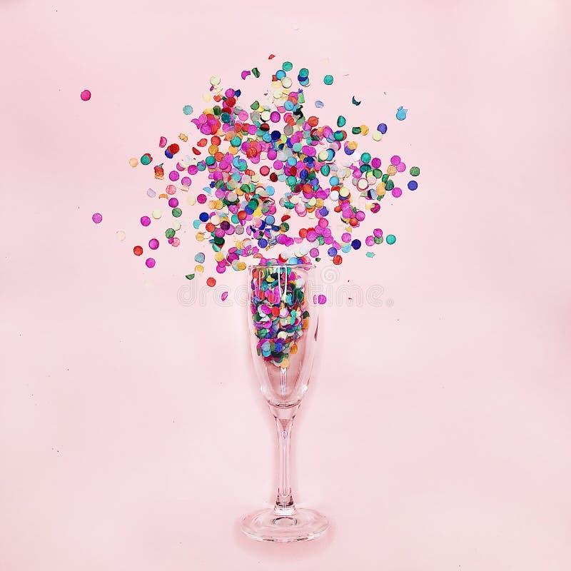Vetro di champagne con i coriandoli immagine stock