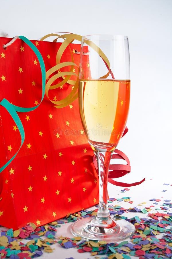 Vetro di Champagne con il sacchetto di acquisto rosso immagine stock libera da diritti