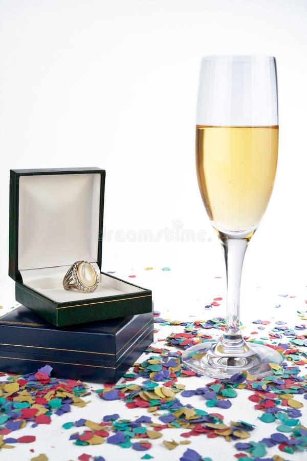 Vetro di Champagne con l'anello fotografia stock