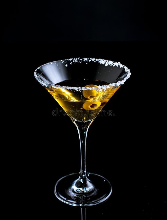 Vetro di cocktail con martini ed olive immagini stock libere da diritti
