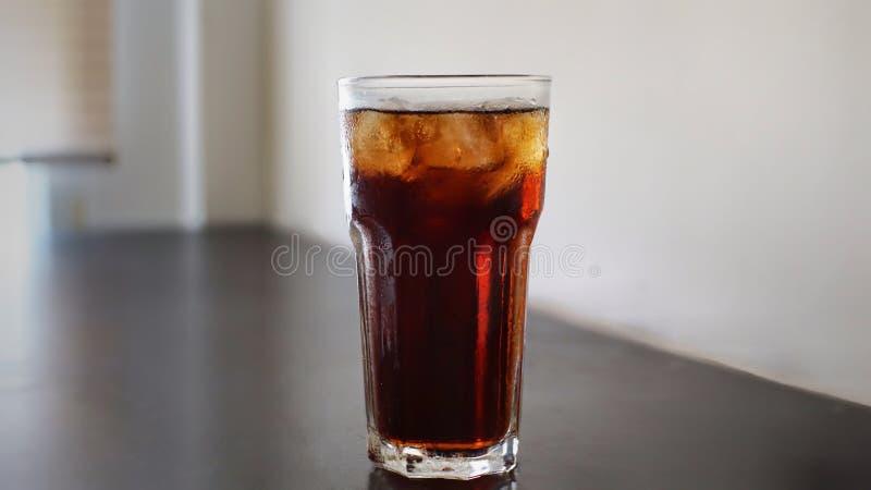 Vetro di cola ghiacciata fotografia stock