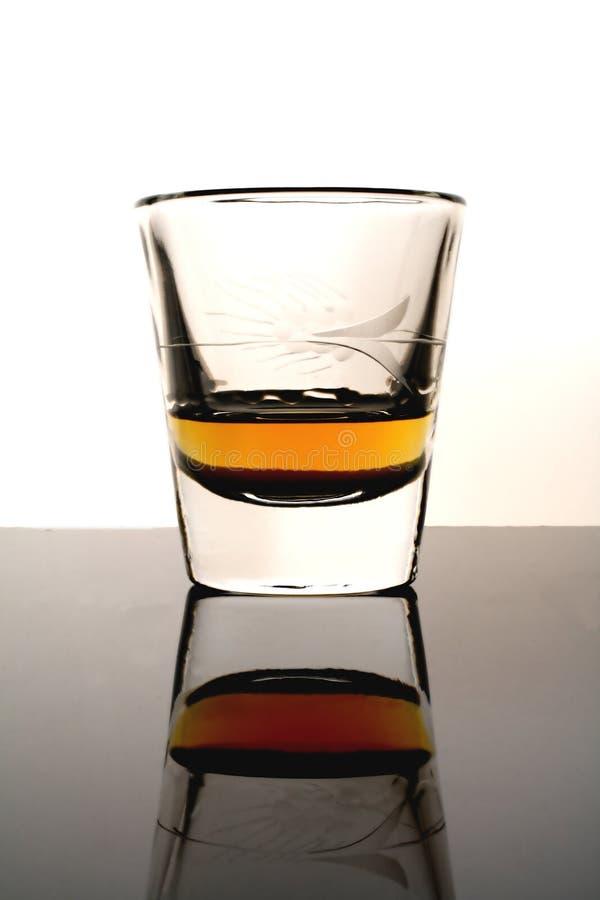 Vetro di colpo con whisky fotografie stock
