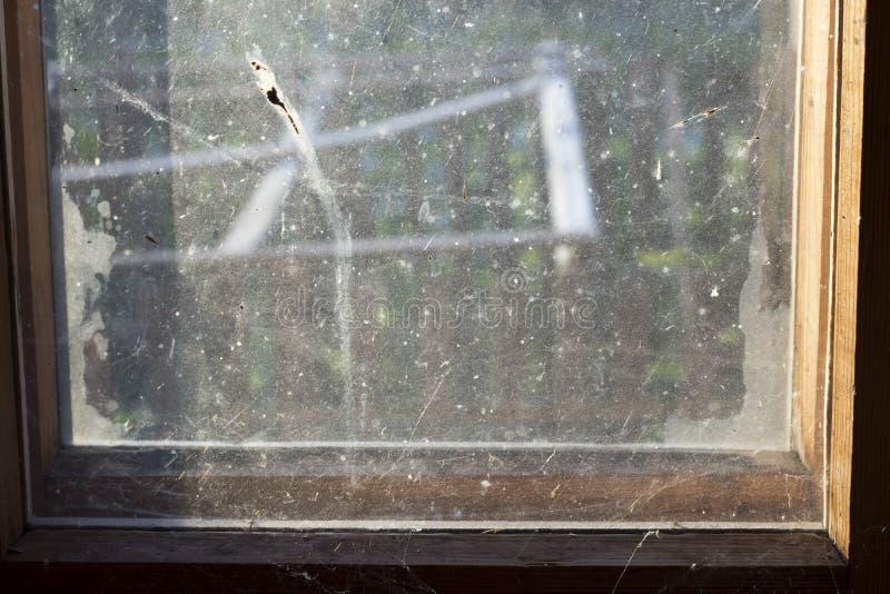Vetro di finestra molto sporco immagini stock