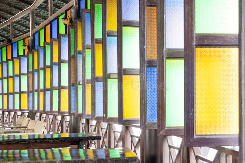Vetro di finestra variopinto con i modelli sul vetro fotografia stock libera da diritti