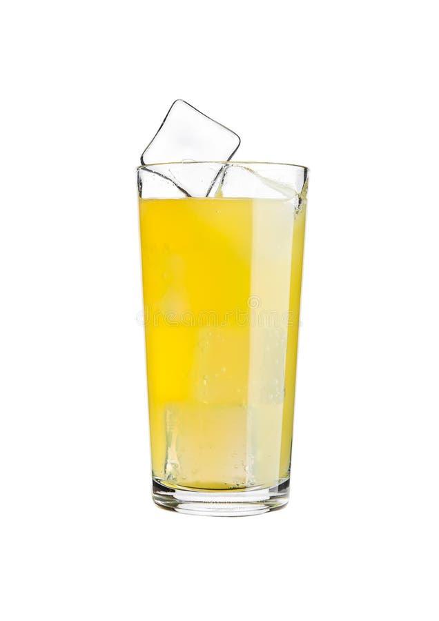 Vetro di freddo della bevanda della soda arancio con i cubetti di ghiaccio immagine stock libera da diritti