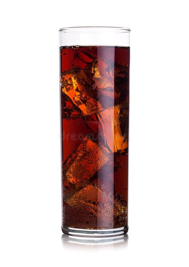 Vetro di Highball della bevanda della soda della cola con i cubetti di ghiaccio con whiskey e rum su bianco immagine stock