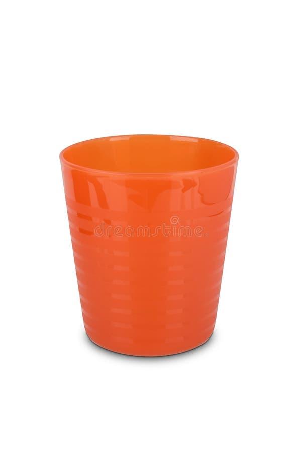 Vetro di plastica arancio isolato su fondo bianco immagini stock libere da diritti