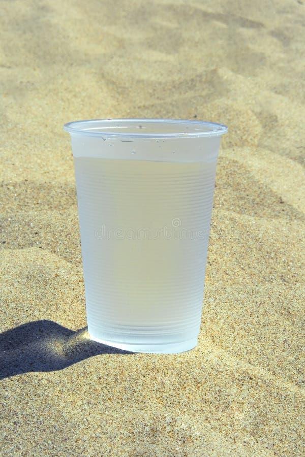 Vetro di plastica con acqua fotografie stock libere da diritti