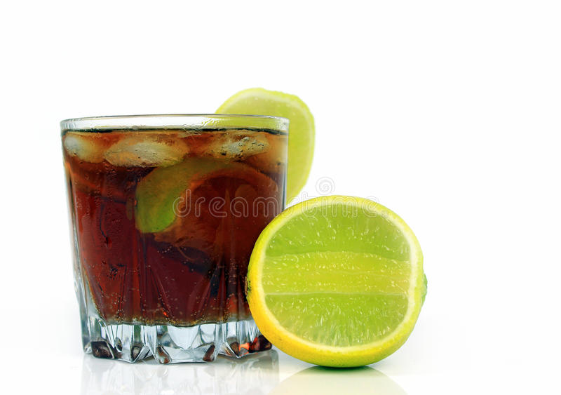 Vetro di soda con i cubetti di ghiaccio e la calce, cola del whiskey fotografia stock