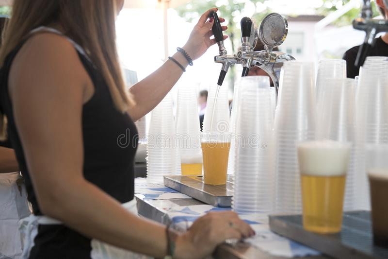 Vetro di spillatura di birra fotografie stock