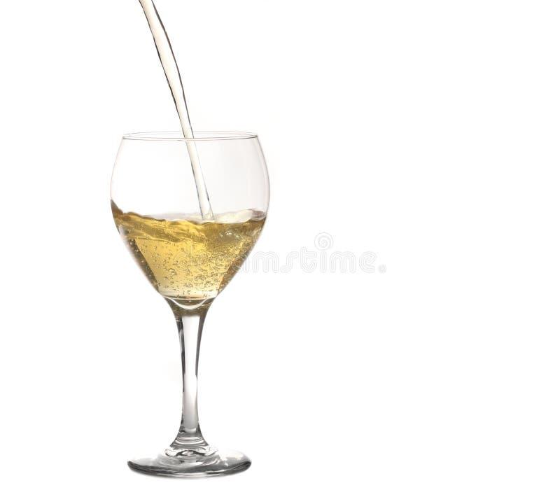 Vetro di spumante o di Champagne che è versata fotografia stock