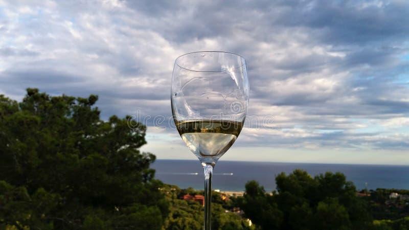 Vetro di un vino bianco nel balcone fotografia stock
