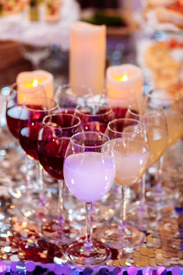 Vetro di vino al partito Bella linea di fila di cocktail colorati differenti dell'alcool su un partito fotografia stock